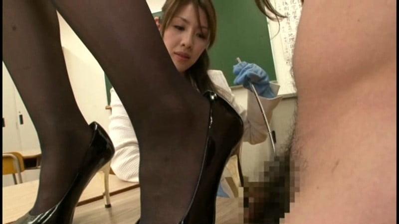 包茎チンポをいじめる女教師